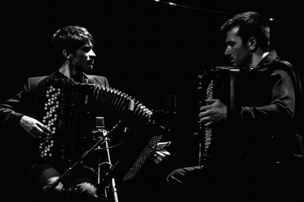 Geniales Zweiergespann: die beiden Akkordeonisten Atanas Dinovski und Paul Schubert. (Foto: Christoph Hofer)